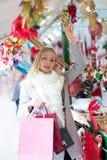 Flickashopping på julmarknaden Arkivfoton
