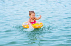 Flickasimning på laken Royaltyfria Foton