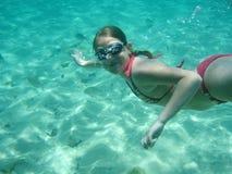 flickasimning under vatten arkivfoton