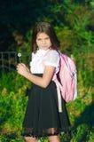 Flickaskolflicka med en ryggsäck Royaltyfri Fotografi