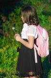 Flickaskolflicka med en ryggsäck Arkivbild