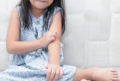 Flickaskrapa klådan med handen arkivfoton