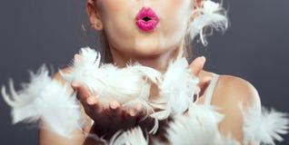 Flickaslag i fjädrar Arkivbild