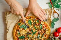 Flickasnittpizza på tabellen royaltyfria bilder