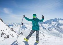 Flickasnowboarder på bakgrunden av höga snö-korkade fjällängar, Österrike Arkivbilder