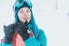 Flickasnowboarderen skidar på semesterorten royaltyfria bilder