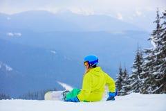 Flickasnowboarderen tycker om vintern skidar semesterorten arkivbild