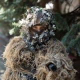 Flickasoldat i ghilliekamouflage Royaltyfri Bild