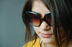 flickasolglasögon Arkivfoto
