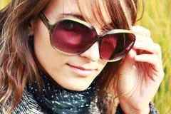 flickasolglasögon fotografering för bildbyråer