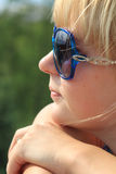 flickasolglasögon Arkivbild