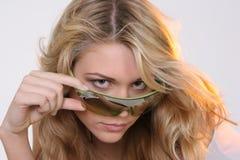 flickasolglasögon Royaltyfri Bild