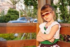 flickasolglasögon Arkivbilder