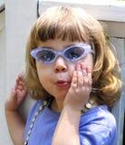 flickasolglasögon royaltyfri fotografi