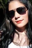 flickasolglasögon Arkivfoton