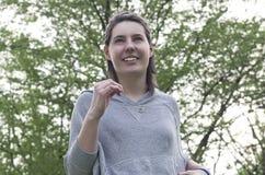 Flickaspring i en parkera Fotografering för Bildbyråer