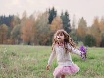 Flickaspring i fält med blommor Royaltyfria Bilder