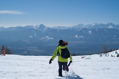 Flickaspring i snön Fotografering för Bildbyråer