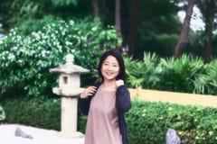 Flickastående i japanträdgård Fotografering för Bildbyråer