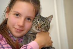 Flickastående som kramar en katt royaltyfri bild