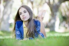 flickaståendetween Arkivfoton