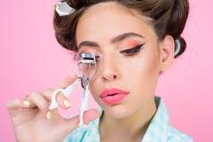 flickastift upp ögonfrans för krullning för tappninghemmafrukvinna med hjälpmedlet lycklig flicka som ansar i morgon skönhetsalon arkivfoto
