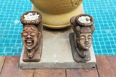 Flickastråkföring och salutera stenskulptur Royaltyfri Fotografi