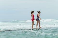 Flickastrand som går det tidvattens- pölhavet Arkivfoton