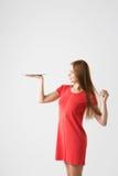 Flickastudent med långt hår i terrakottaklänning Royaltyfri Bild