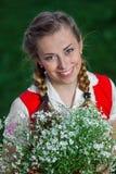 Flickastudenten parkerar in med blommor Royaltyfria Bilder