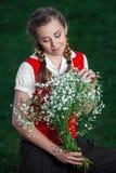 Flickastudenten parkerar in med blommor Arkivbild