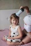 Flickasyskonet torkade sig & x27; s-hår, systrar som att bry sig för varje Fotografering för Bildbyråer