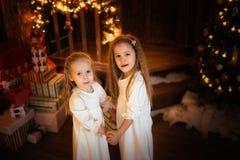 Flickasystervänner som dansar julgranen, begrepp av Kristus Arkivfoton