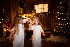 Flickasystervänner som dansar julgranen, begrepp av Kristus Royaltyfria Foton