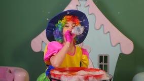 Flickatecknaren låter lyckliga bubblor arkivfilmer