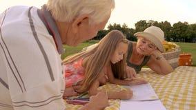 Flickateckning med blyertspennan utomhus arkivfilmer