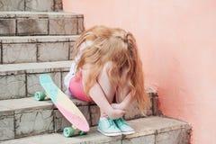 Flickatonåring med skateboarden Arkivbilder