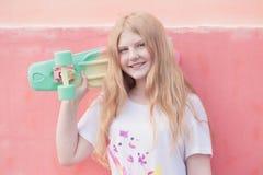 Flickatonåring med skateboarden Royaltyfria Bilder