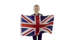 Flickatonåring som rymmer en engelsk flagga på vit bakgrund stock video