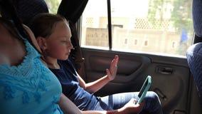 Flickatonåringskytte själv på mobil kamera, medan resa i bil lager videofilmer