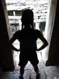 Flickaturisten i fördärvar av templet av Angkor Wat arkivbilder