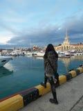 Flickaturisten på stranden i havsporten Sochi Royaltyfria Bilder