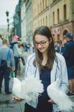 Flickaturisten rymmer på vita duvor för händer royaltyfri fotografi
