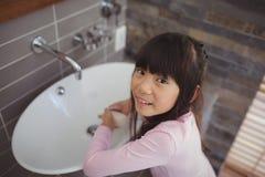 Flickatvagninghänder i badrumvask Fotografering för Bildbyråer
