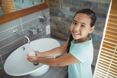 Flickatvagninghänder i badrumvask Royaltyfri Fotografi