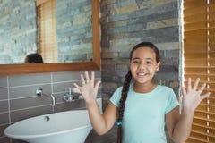 Flickatvagninghänder i badrumvask Arkivfoton