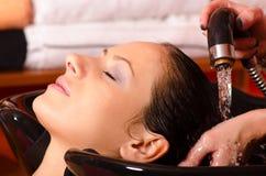 Flickatvagninghår på frisören royaltyfri fotografi