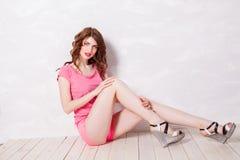 Flickautvikningsbrud-stil i en rosa klänning Royaltyfri Foto
