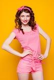 Flickautvikningsbrud-stil i en rosa klänning Royaltyfri Fotografi