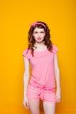 Flickautvikningsbrud-stil i en rosa klänning Fotografering för Bildbyråer